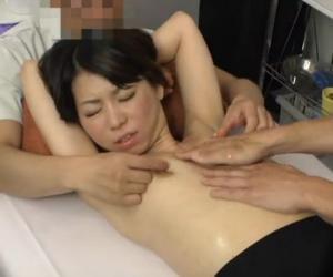 美熟女が二人のエロマッサージ師に乳首を弄ばれる