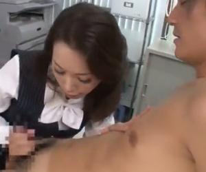 性欲が止められない淫乱OLは会社のトイレでのオナニーと男子社員のエロい教育が日課 紅月ひかり