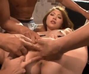 数人の男から同時にマンコをいじられ順番に指マンをされ潮を噴きまくる 小川あさ美